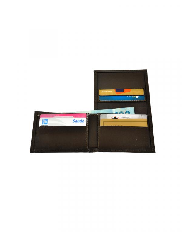 Carteira MB produzida em material sintético preto foto aberta com demonstração de itens internos possui 6 porta cartões porta notas e mais 03 compartimentos