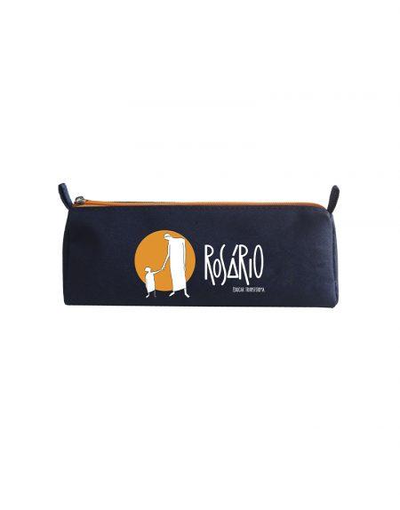 Estojo tri possui o formato de triangulo produzido em material poliéster 600 azul marinho com detalhe zíper laranja e gravação em silk