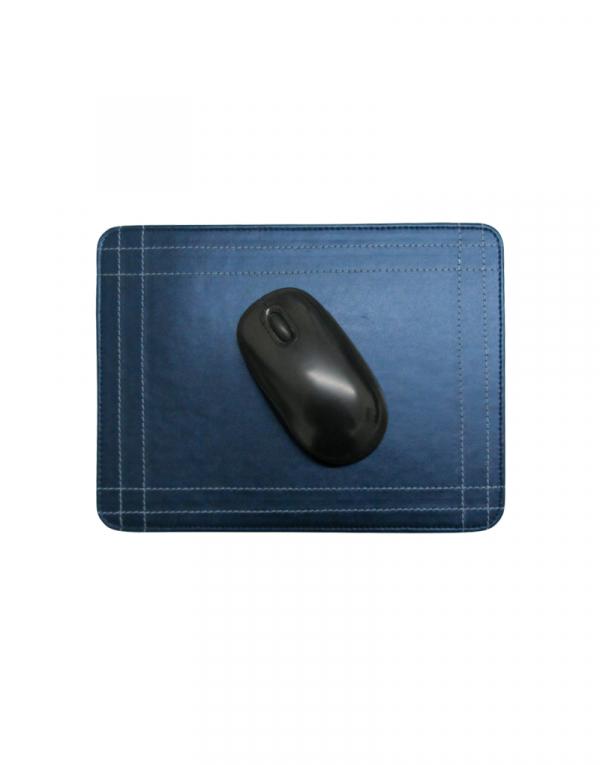 Mouse pad em material sintetico azul com mouse em cima possui costuras laterais de detalhe