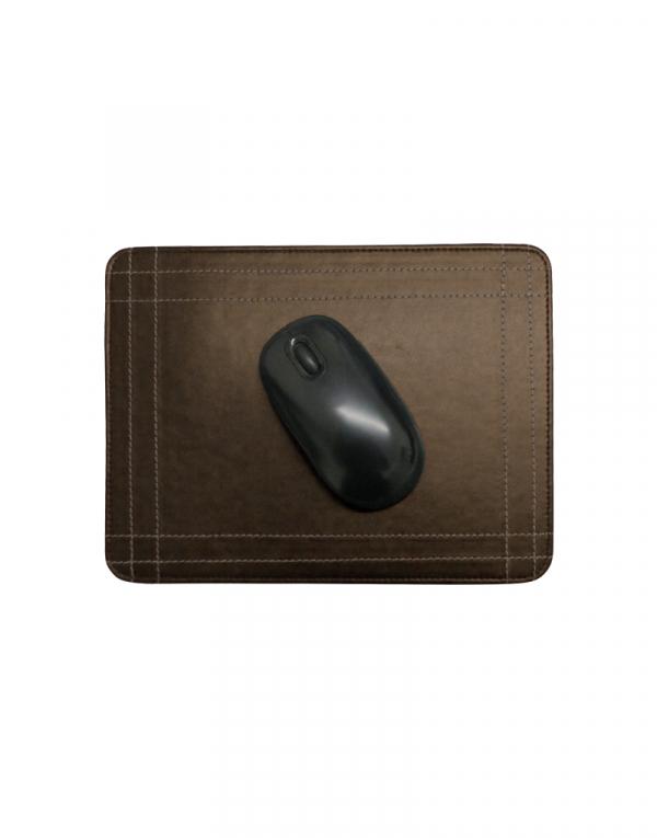 Mouse pad em material sintetico marrom com mouse em cima possui costuras laterais de detalhe