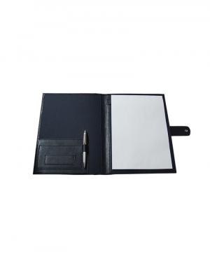 Pasta conveção material sintetico preto e detalhes em sintetico preto foto aberta acompanha bloco de papel e caneta fechamento botao de pressao