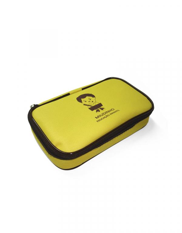 Estojo Miu produzido em poliéster 600 amarelo e detalhes zíper e vivo em marrom foto fechado