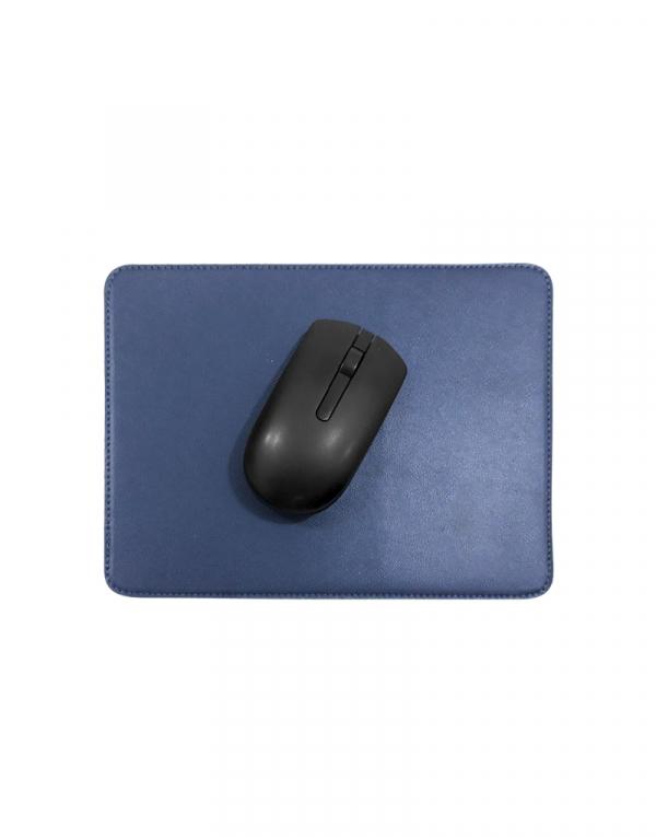 Mouse pad em material sintetico azul marinho com mouse em cima