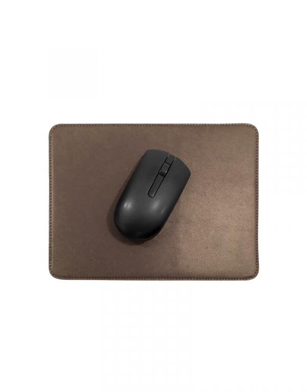 Mouse pad em material sintetico marrom com mouse em cima