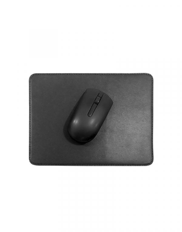 Mouse pad em material sintetico preto com mouse em cima