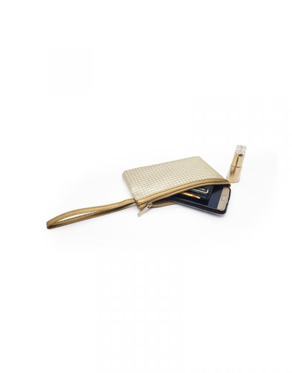 minibag dourada com detalhes e alça liso dourado foto aberta com produtos