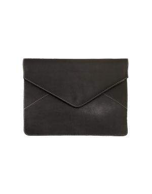 pasta modelo envelope em material sintetico marrom com fechamento com botao de pressao fechada