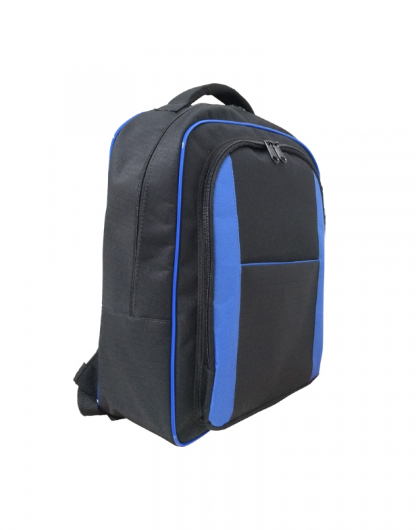Mochila em poliester 600 preto e detalhes em poliester azul royal possui duas aberturas e mais um bolso externo foto lateral