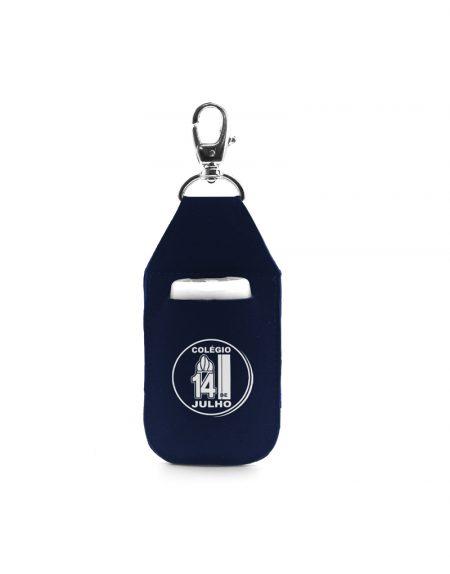 chaveiro porta alcool gel produzido em neoprene azul marinho possui mosquetal em metal niquel