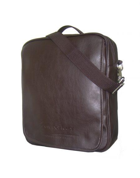 Bolsa e mochila em apenas 01 produto cabe vbastante coisa feita em sintetico marrom cafe com alça transversal